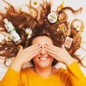 Chica tumbada con productos de Dehesia Cosmética Econatural
