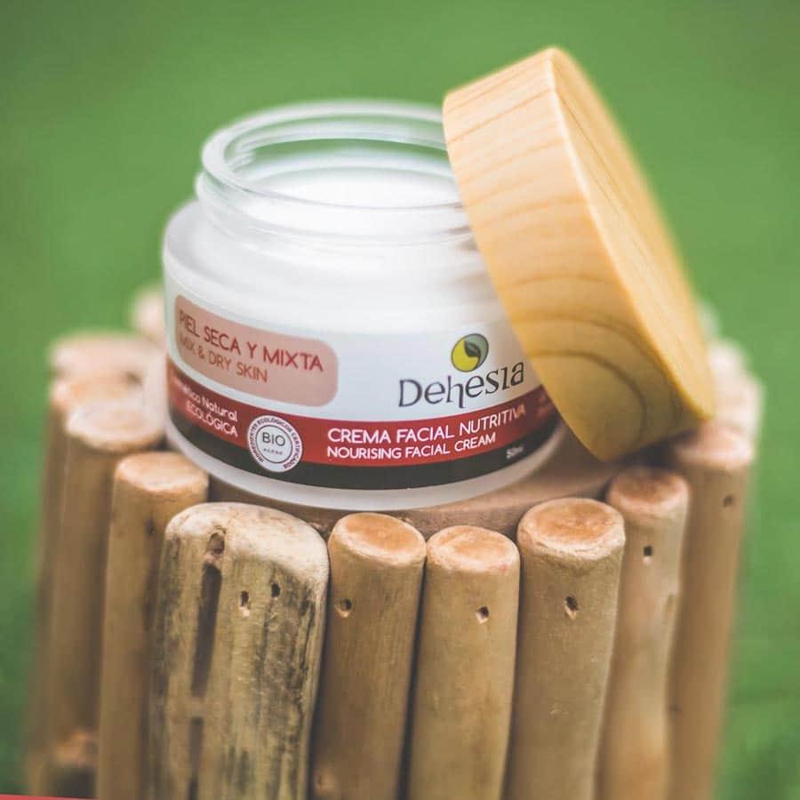 crema rejeneradora facial dehesia sobre tronco de madera