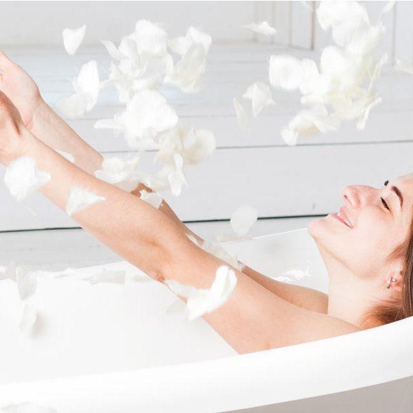 mujer dando un baño